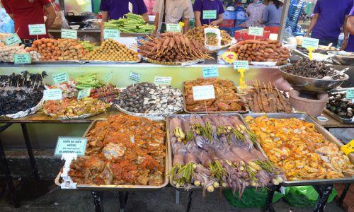 Người Sài Gòn ngồi bệt để ăn uống trong liên hoan ẩm thực