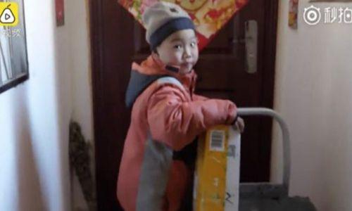 Cậu bé mồ côi làm nghề chuyển hàng gây xúc động ở Trung Quốc