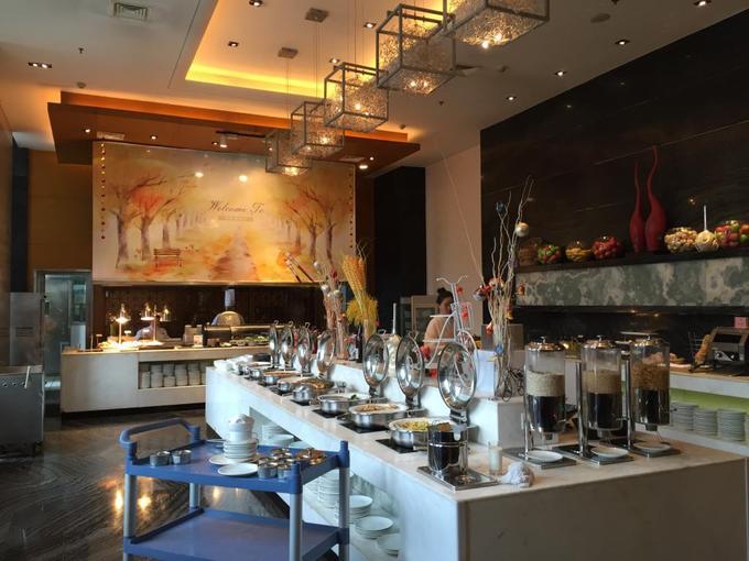 Khách sạn có nhiều nhà hàng phục vụ thực đơn khác nhau như các món Nhật, Trung Quốc, đồ Âu. Viswaksena, du khách Ấn Độ đánh giá cao ẩm thực của nhà hàng, đặc biệt là món Trung với hương vị truyền thống, nguyên bản.