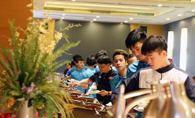 U23 Việt Nam ăn trưa sau khi đặt chân tới Thường Châu. Ảnh: VFF.