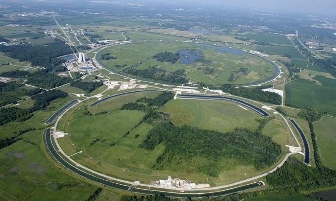 Large Hadron Collider (LHC) là máy gia tốc hạt lớn nhất và mạnh nhất thế giới do Tổ chức Nghiên cứu Hạt nhân châu Âu (CERN) xây dựng, theo Mother Nature Network. LHC nằm trong một đường hầm hình tròn có chu vi 27 km tại biên giới Pháp - Thụy Sĩ. Nơi này được thiết kế để thực hiện thí nghiệm va chạm trực diện giữa các hạt proton. Nam châm điện trong cỗ máy có thể giúp tăng tốc các hạt đến gần vận tốc ánh sáng. Ảnh: Flickr.