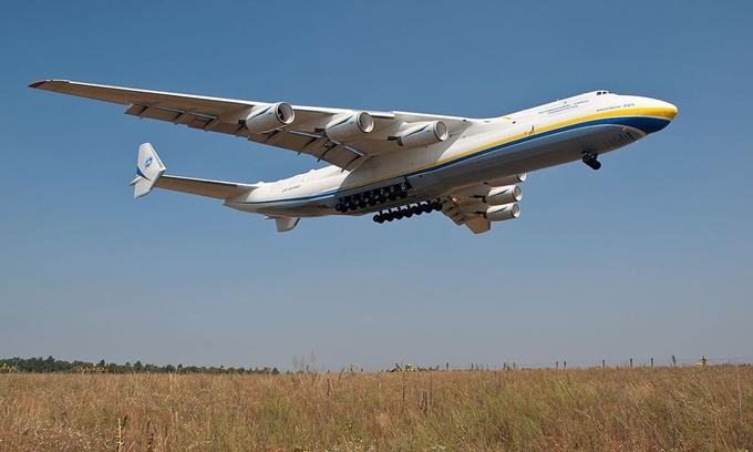 Antonov AN-225 là chiếc máy bay vận tải lớn nhất thế giới. AN-225 được sản xuất lần đầu tiên vào thập niên 1980 để vận chuyển tàu vũ trụ của Liên Xô. Sải cánh của nó dài 88,4 m với trọng tải tối đa khi cất cánh là 640 tấn. Ngày nay chỉ còn một chiếc AN-225 duy nhất đang được hãng hàng không Antonov của Ukraine sử dụng. Ảnh: Wikimedia.