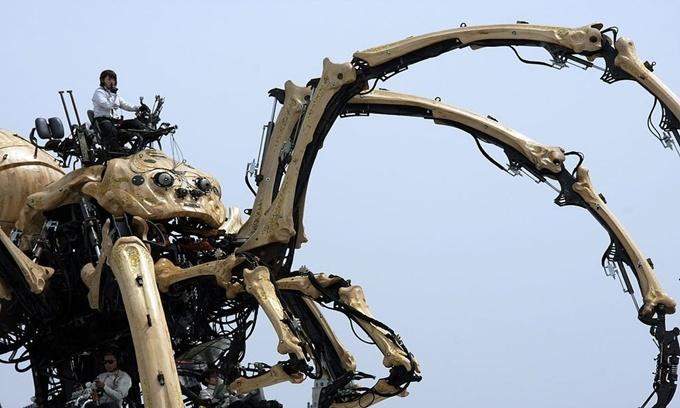 """La Princesse là cỗ máy giống hệt một con nhện khổng lồ phục vụ cho ngành giải trí chứ không phải phục vụ lĩnh vực sản xuất công nghiệp. Theo Guardian, La Princesse nặng 40,5 tấn và cao 15,2 m. Cỗ máy hình nhện này do công ty La Machine của Pháp thiết kế. Nó được ra mắt tại Liverpool, Anh, cách đây một thập kỷ trong lễ hội """"Văn hóa Thủ đô"""". Ảnh: Wikimedia."""