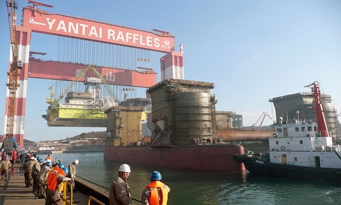 Taisun là chiếc cần cẩu lớn nhất thế giới. Nó hoạt động trong xưởng đóng tàu Yantai Raffles ở Yên Đài, phía đông bắc Trung Quốc. Chiếc cần cẩu này có thể nâng trọng tải tối đa 20.000 tấn. Ảnh: Wikimedia.
