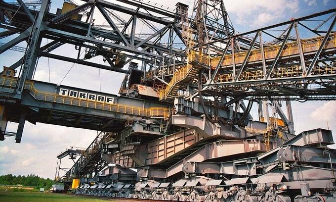 Overburden Conveyor Bridge F60 là chiếc cầu băng tải khổng lồ được sử dụng để khai thác than nâu ở các mỏ lộ thiên tại Lusatia phía đông nước Đức. Nó có kích thước tương đương với tháp Eiffel, Pháp. Ảnh: J.H. Janßen.