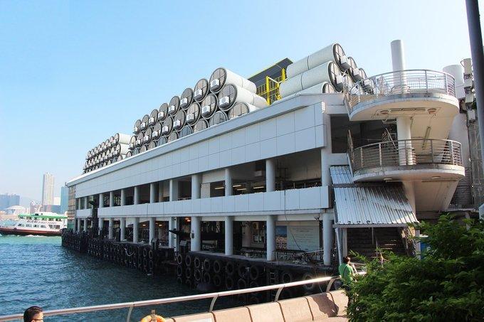 Công ty sản xuất cho rằng nhà dạng ống có thể là giải pháp tạm thời cho tình trạng thiếu nhà ở trầm trọng tại Hong Kong. Các ngôi nhà có thể xếp chồng lên nhau ở các không gian trống như trên sân thượng của tòa nhà thế này.
