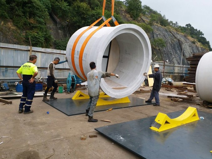 Mỗi ống bêtông nặng gần 22 tấn nên theo công ty thiết kế thì chúng có thể đặt chồng lên nhau mà không cầu bu lông kết nối. Điều này sẽ giúp chi phí lắp đặt được hạ thấp.