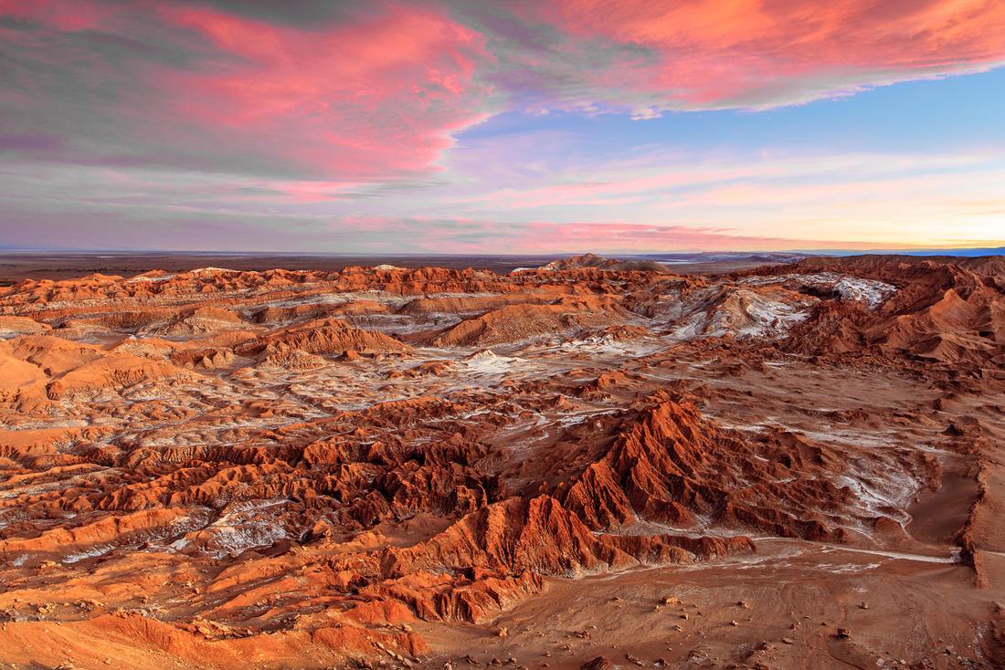 Tọa lạc tại phía bắc Chile, sa mạc Atacama trải dài trên khoảng diện tích 105.000 km².  Atacama là sa mạc khô nhất trên thế giới, hầu như không có mưa. Lượng mưa trung bình đo được chỉ là 1 mm một năm.  Vì quá khô cằn, không nhiều loài thực vật có thể tồn tại ở đây. Đất đai cũng cũng trở nên cằn cỗi, khô hạn. Khung cảnh sa mạc trở nên độc đáo giống như cảnh trên sao Hỏa.  Ngoài ra, không gian vắng lặng, bầu trời không vướng bụi của Atacama biến nó thành một trong những nơi tốt nhất để ngắm cảnh sao đêm.