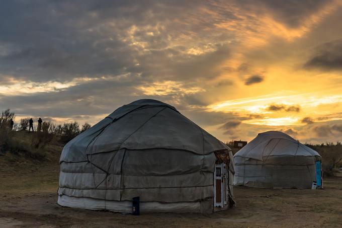 Sa mạc Kyzylkumvới có diện tích 300.000 km2. Du khách có thể tới đây và trải nghiệm việc dựng lều, cắm trại qua đêm tại sa mạc lớn thứ 16 trên thế giới này.