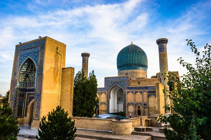 Lăng mộ Gur-Emir, điểm du lịch nổi tiếng ở thành phố Samarkand. Đây là nơi chôn cất Tamerlane, vị vua tàn bạo từng giết chết 5% dân số thế giới. Nơi đây được trang trí bởi rất nhiều vàng và các viên ngọc bích cỡ lớn, giờ mở cửa đón khách từ 9h.